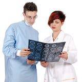 Doktor mit zwei Jungen, der Tomographieergebnis betrachtet Lizenzfreies Stockbild