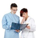 Doktor mit zwei Jungen, der Tomographieergebnis betrachtet Lizenzfreies Stockfoto