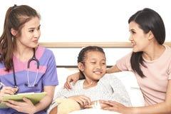 Doktor och barn med modern i sjukhus royaltyfria bilder