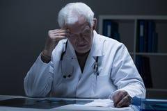 Doktor och dålig diagnos royaltyfri fotografi