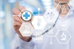 Doktor och medicinska symboler på skärmen Arkivbild