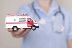 Doktor och modell av ambulansen Royaltyfria Foton