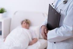 Doktor och patient i sjukhus royaltyfria bilder