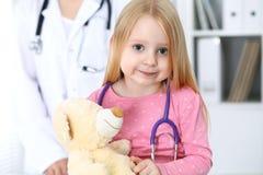 Doktor och patient i sjukhus Barn som undersöks av läkaren med stetoskopet Royaltyfri Foto