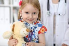 Doktor och patient i sjukhus Barn som undersöks av läkaren med stetoskopet Arkivfoton