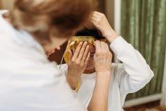 Doktor och patient med encephalographyelektroden läkarundersökningEEG som studerar det kärl- systemet av royaltyfri foto