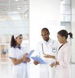 Doktor och patient på vårdcentralen arkivbilder