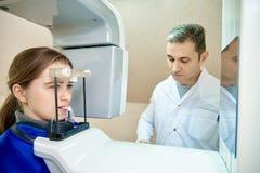 Doktor och patient, tandläkekonst, tand- tomograph arkivbilder