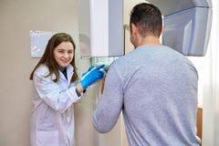 Doktor och patient, tandläkekonst, tand- tomograph arkivfoto