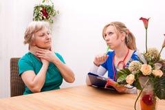 Doktor och pensionär med halskragen Royaltyfri Fotografi