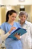 Doktor och sjuksköterska i sjukhus royaltyfri bild