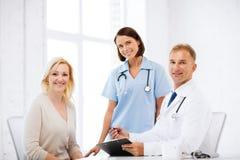 Doktor och sjuksköterska med tålmodign i sjukhus Arkivfoton