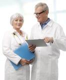 Doktor och sjuksköterska Arkivbild