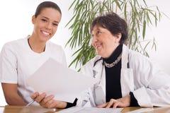 Doktor och sjuksköterska Arkivfoto