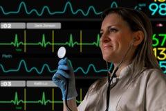 Doktor- oder Krankenschwestergriffstethoskop in der Hand und hören Elektrokardiogrammschirmmonitor weich verwischt auf Hintergrun lizenzfreie stockfotos