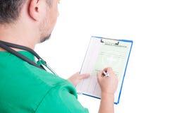 Doktor oder Mediziner, die eine medizinische Verordnung schreiben Stockfotos