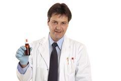 Doktor oder Tierarzt mit Medikation lizenzfreies stockfoto