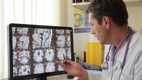 Doktor på bildskärmen med CT-bildläsning stock video