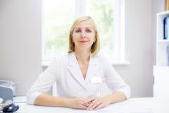 Doktor på ett sjukhus royaltyfri foto