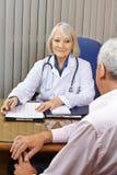Doktor på konsultation i regeringsställning royaltyfri foto