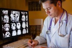 Doktor på nattarbetsuppgiften Arkivbild