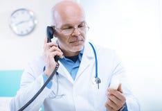 Doktor på telefonen Royaltyfria Foton