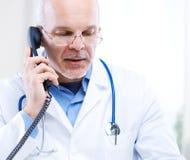Doktor på telefonen Royaltyfri Fotografi