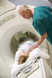 Doktor With Patient, As They CAT-Scan haben Stockfotografie
