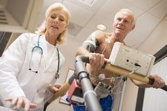 Doktor With Patient On Treadmill Stockfotografie