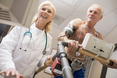 Doktor With Patient On Treadmill Lizenzfreies Stockbild