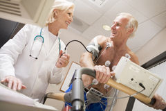 Doktor With Patient On Treadmill Lizenzfreie Stockfotos