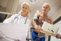 Doktor With Patient On Treadmill Stockfoto