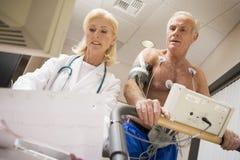 Doktor With Patient On Treadmill Stockfoto