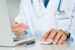 Doktor Prescribes A Medicine Stockfoto