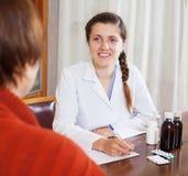 Doktor Prescribing Medication Stockfotos
