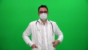 Doktor Putting auf chirurgischer Maske stock video