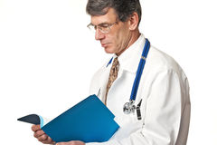 Doktor Reading File Lizenzfreies Stockfoto
