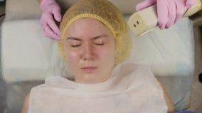 Doktor reinigt die Haut der Frau mit einem Dampf junge Frau mit Problemhaut am Kosmetiker Cosmetologykonzept stock footage