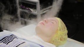 Doktor reinigt die Haut der Frau mit einem Dampf junge Frau mit Problemhaut am Kosmetiker Cosmetologykonzept stock video