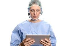 Doktor scheuert herein hereinkommende Daten bezüglich einer Tablette Stockfoto