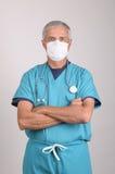 Doktor scheuert innen sich mit der Schablone und Armen, die gefaltet werden Lizenzfreies Stockfoto