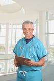 Doktor scheuert innen sich mit Klemmbrett Lizenzfreies Stockfoto