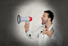 Doktor schreiender Whit ein Megaphon Stockfotos