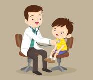 Doktor sieht einen kleinen Jungen Lizenzfreie Stockbilder