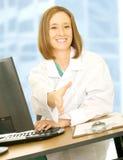 Doktor Sit und Angebot-Erschütterung-Hand Stockfoto