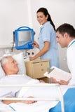 Doktor, sjuksköterska och tålmodig i USA-sjukhus Fotografering för Bildbyråer