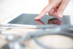 Doktor som använder tabletdatoren Royaltyfri Fotografi
