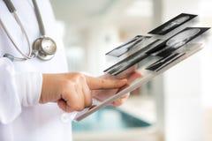 Doktor som använder tabletdatoren Arkivbild
