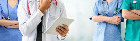 Doktor som arbetar i sjukhus med andra doktorer arkivbilder