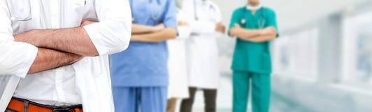 Doktor som arbetar i sjukhus med andra doktorer royaltyfria foton